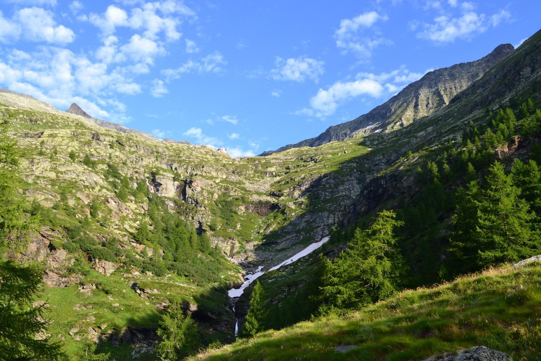 la casa dei guardiani della Diga di Cingino vista dai prati dell'Alpe Saler