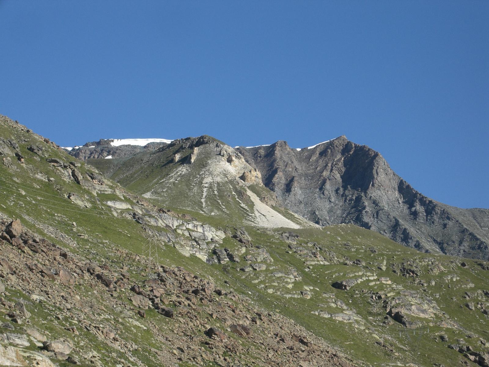 Fotografia della pazza estate 2014: ad agosto si vedono ancora cornici di neve verso la Cima di Entrelor