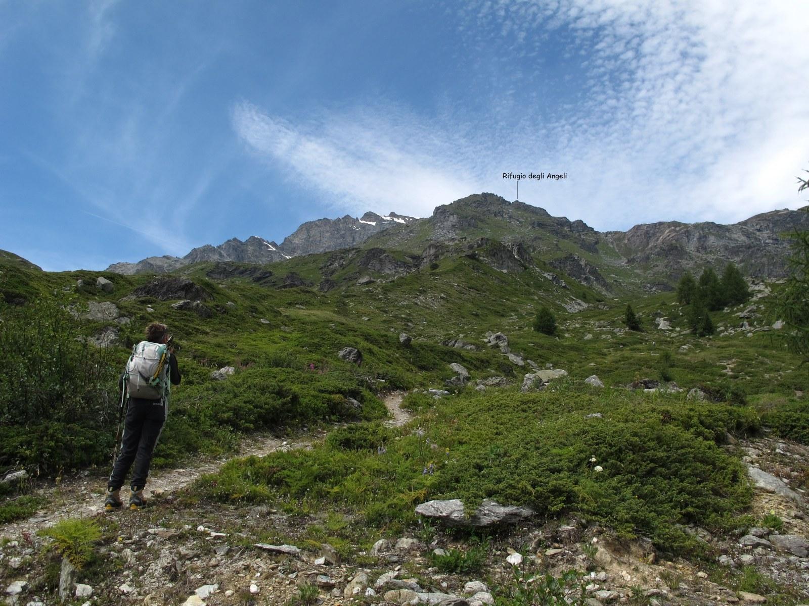 Il rifugio visto dagli alpeggi Arp Vieille