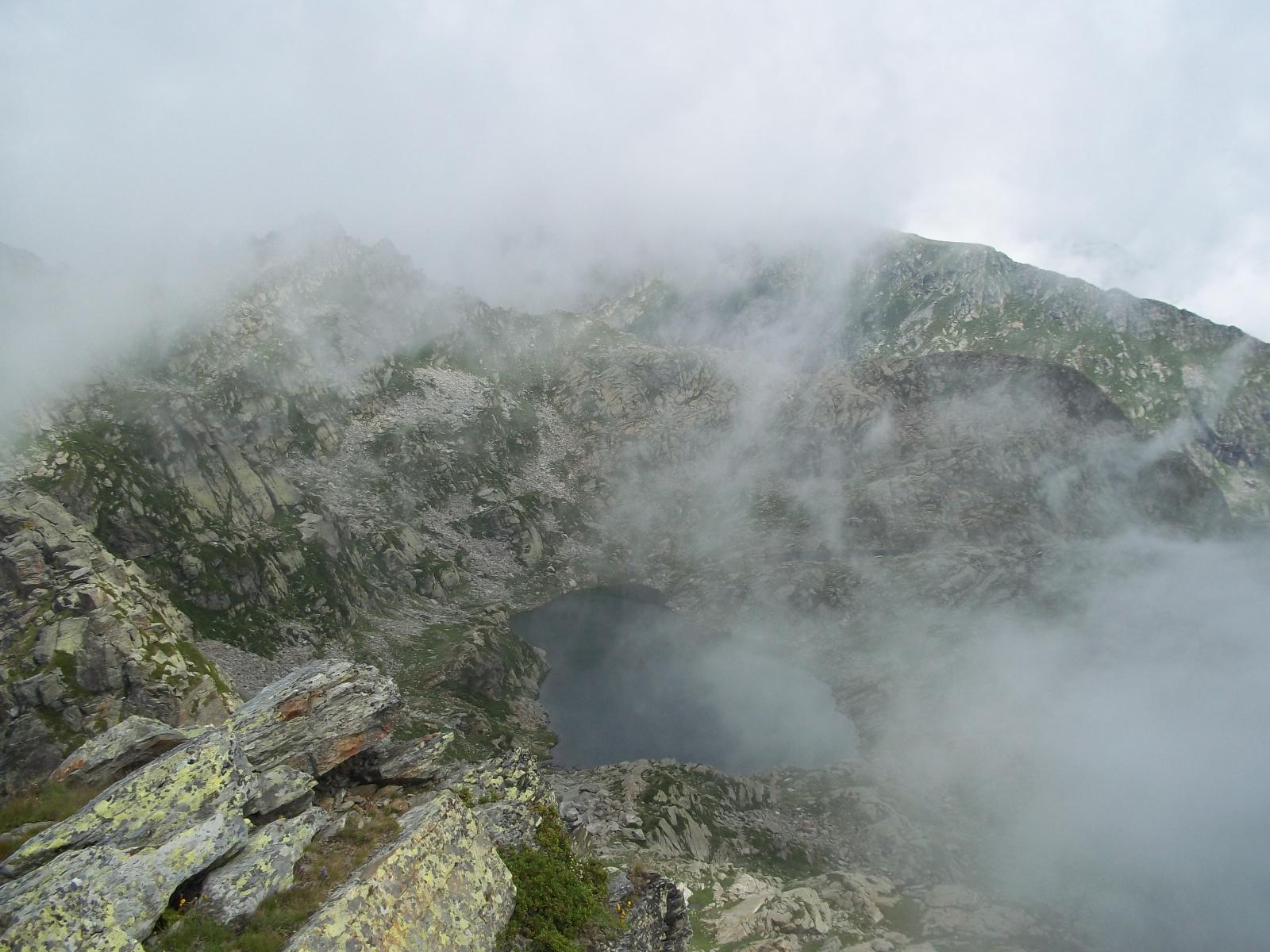 Il lago oltre la nebbia..