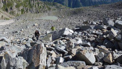 nella pietraia verso il colle,alle spalle il laghetto glaciale 2600m