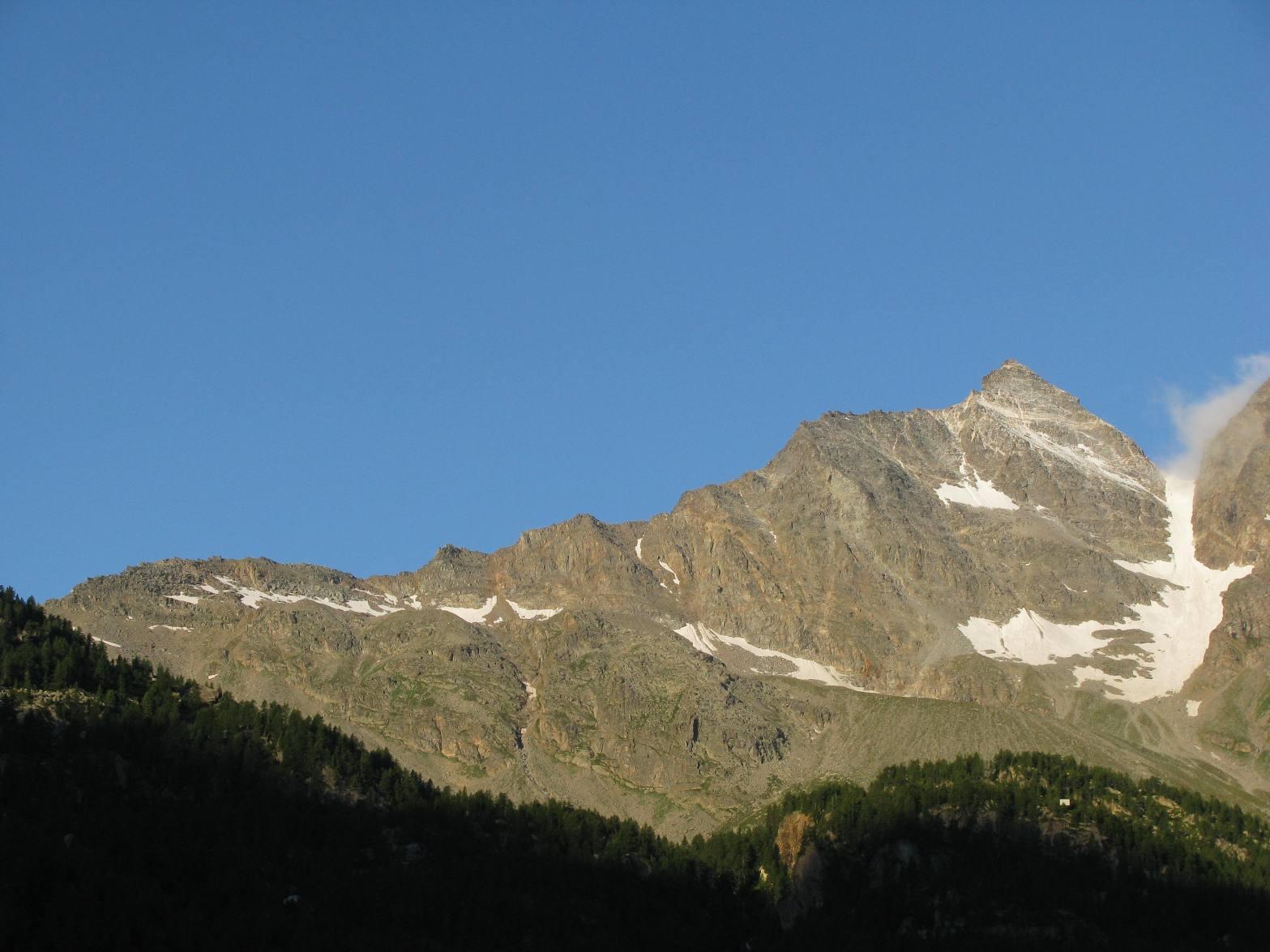 Da Ceresole, al centro-sx, il Colle del Fornoe la cresta della Levanna