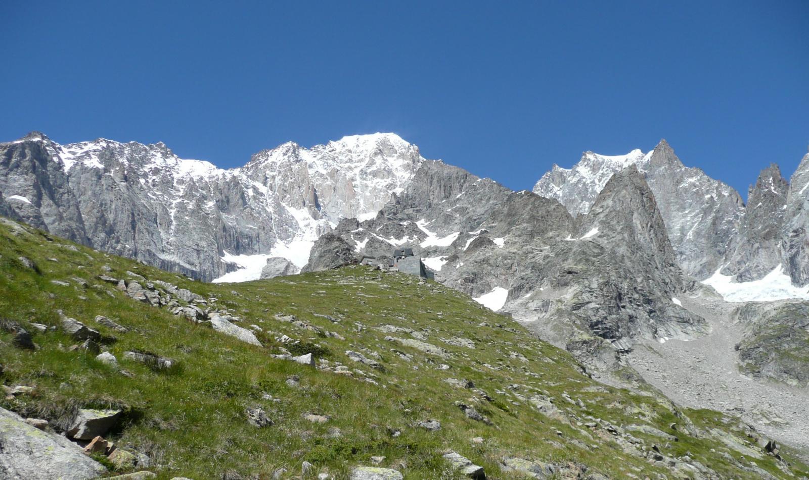 sotto il rifugio si apre lo spettacolo del versante italiano del Bianco