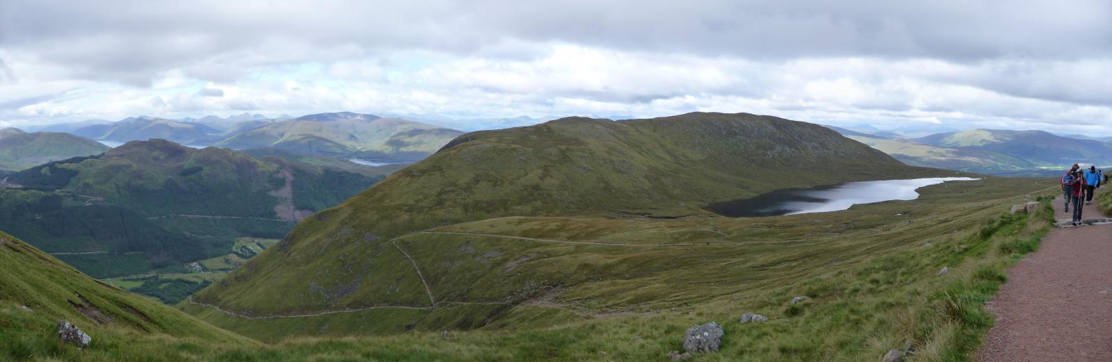Panoramica sulla parte mediana dell'itinerario e sul Lochan Meall