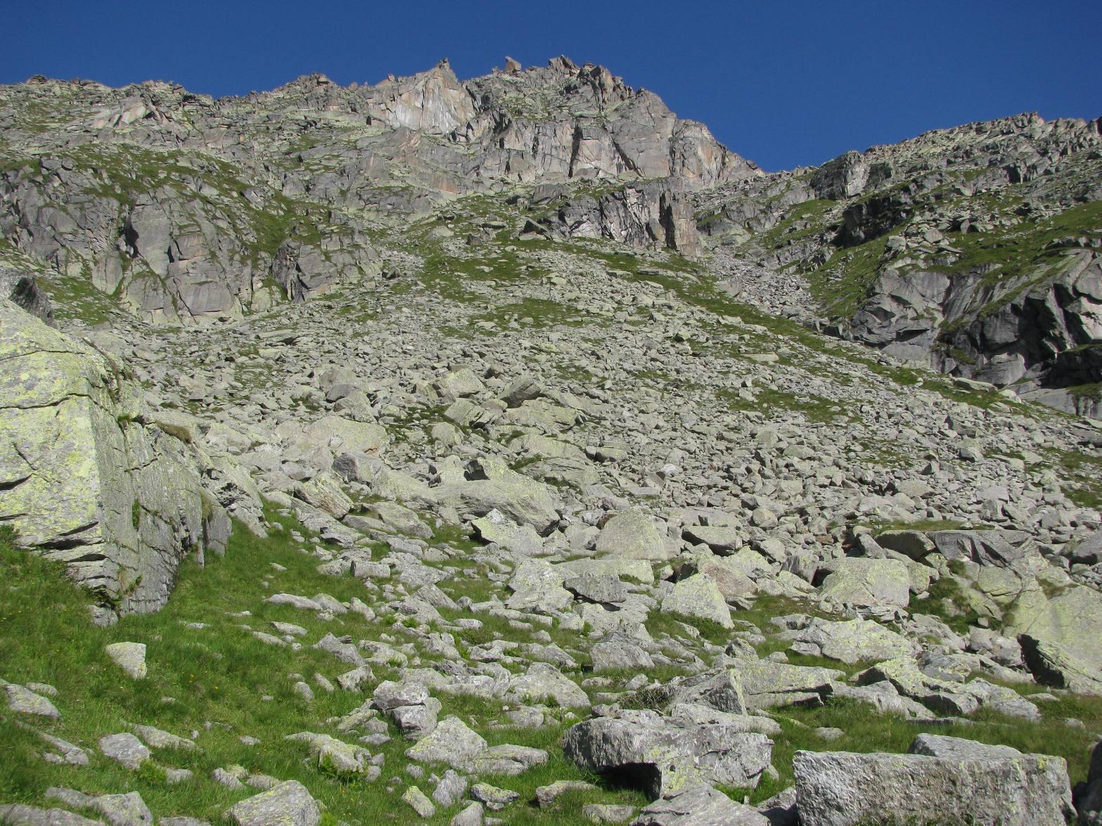 In alto al centro la parete di riferimento con roccia rossastra