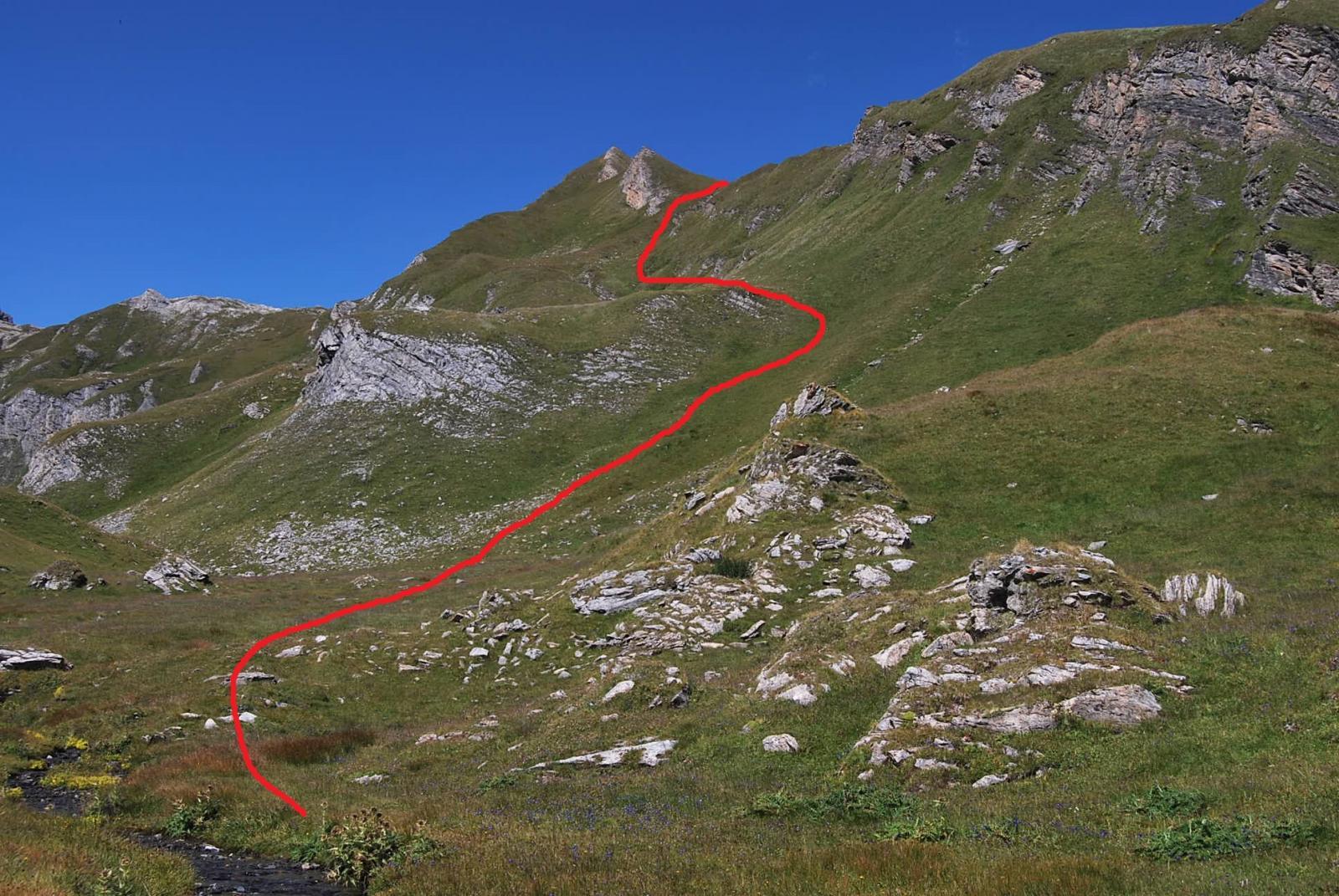 La via di salita dal piano di Bonalex sulla conca erbosa.
