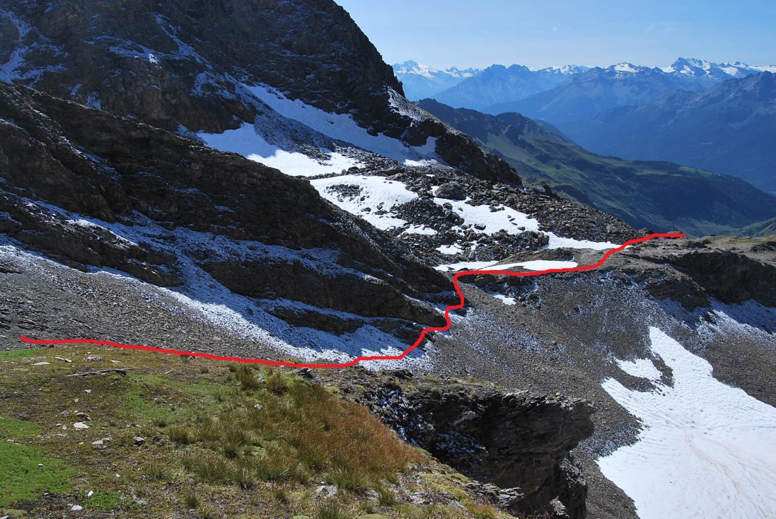 L'attraversamento della pietraia e l'arrivo sul costone, dove si ritrova la via di salita dal lago di Bonalex: adesso inizia il canalino