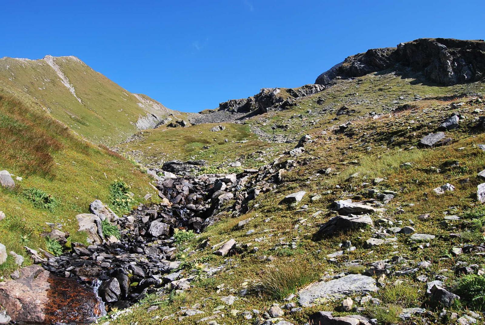 Il vallone superiore, col torrente e ancora presenza d'erba