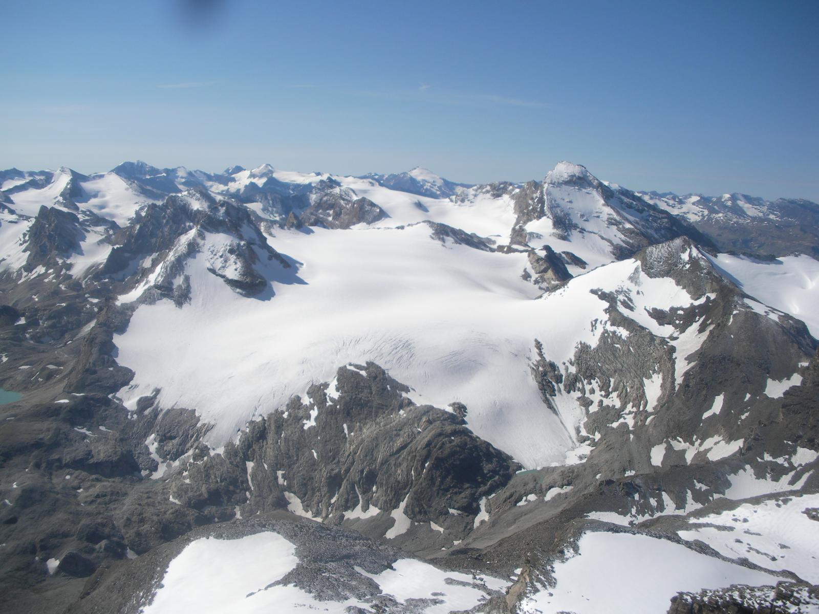 al centro il vasto ghiacciaio di Golettaz..