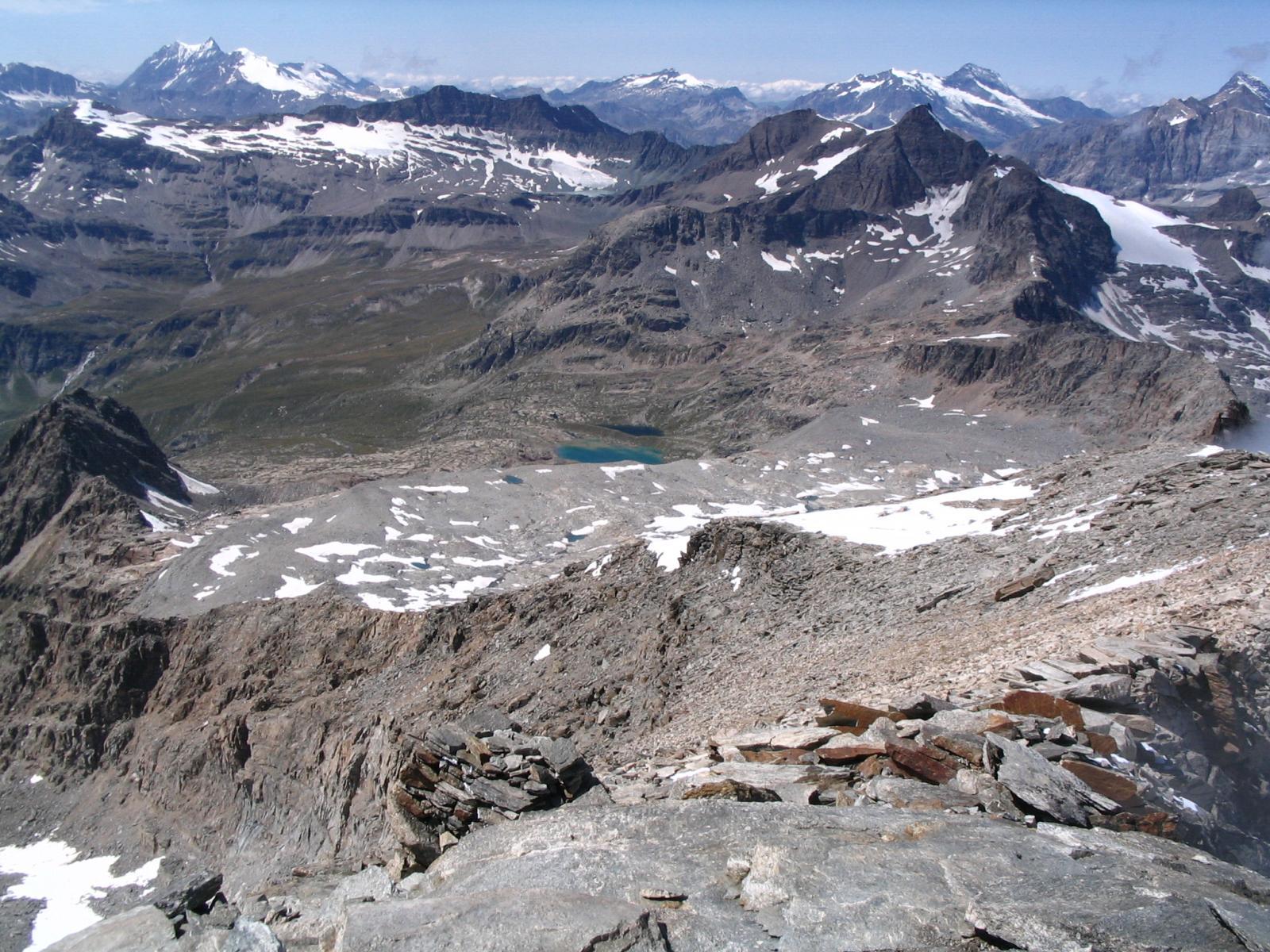 Panorama grandioso dalla cresta finale. In basso a sx il Colle