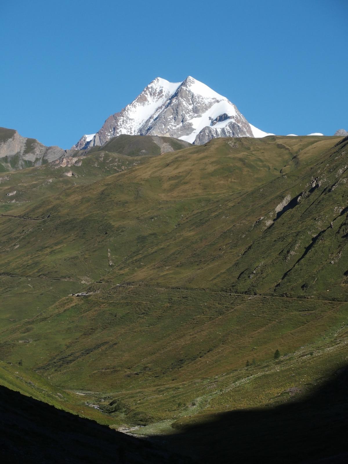 Salendo nel vallone le Aiguilles de Trélatète sbucano come un colosso Himalayano!