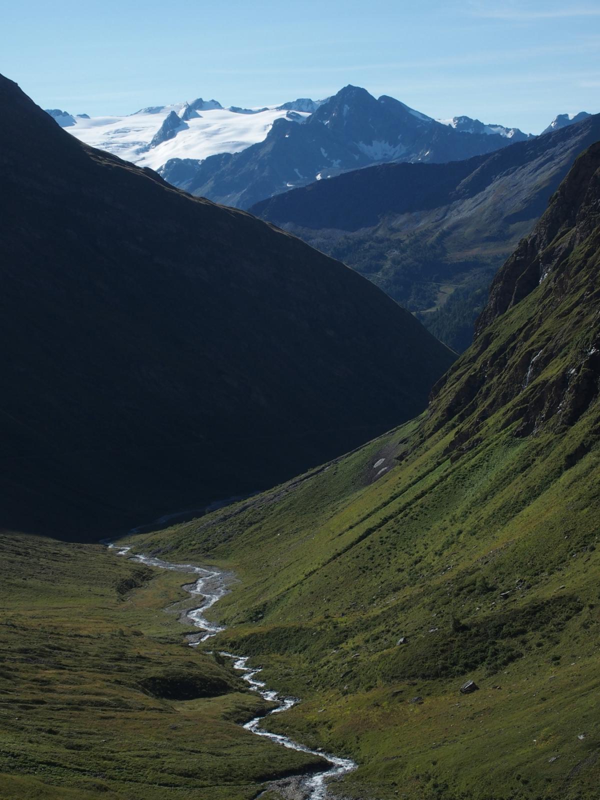Sullo sfondo il ghiacciaio del Rutor