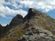 base dell'anticima con omettone-a sx si trova il passaggio sul terrazzino che conduce fino alla pietraia da risalire