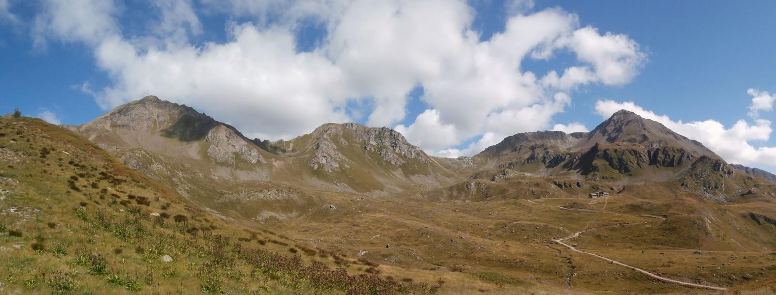 sul traverso ripido diretti al colle Paletta,vista  dal Fallere(a destra) al monte Rosso( a sinistra)...