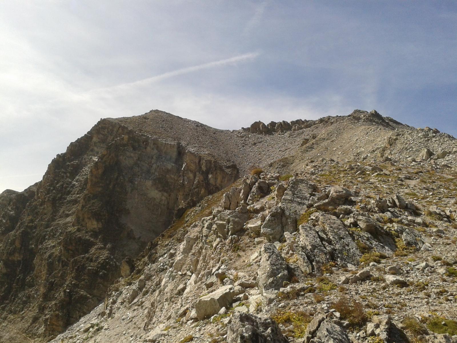 La cresta di salita e la vetta a sinistra.