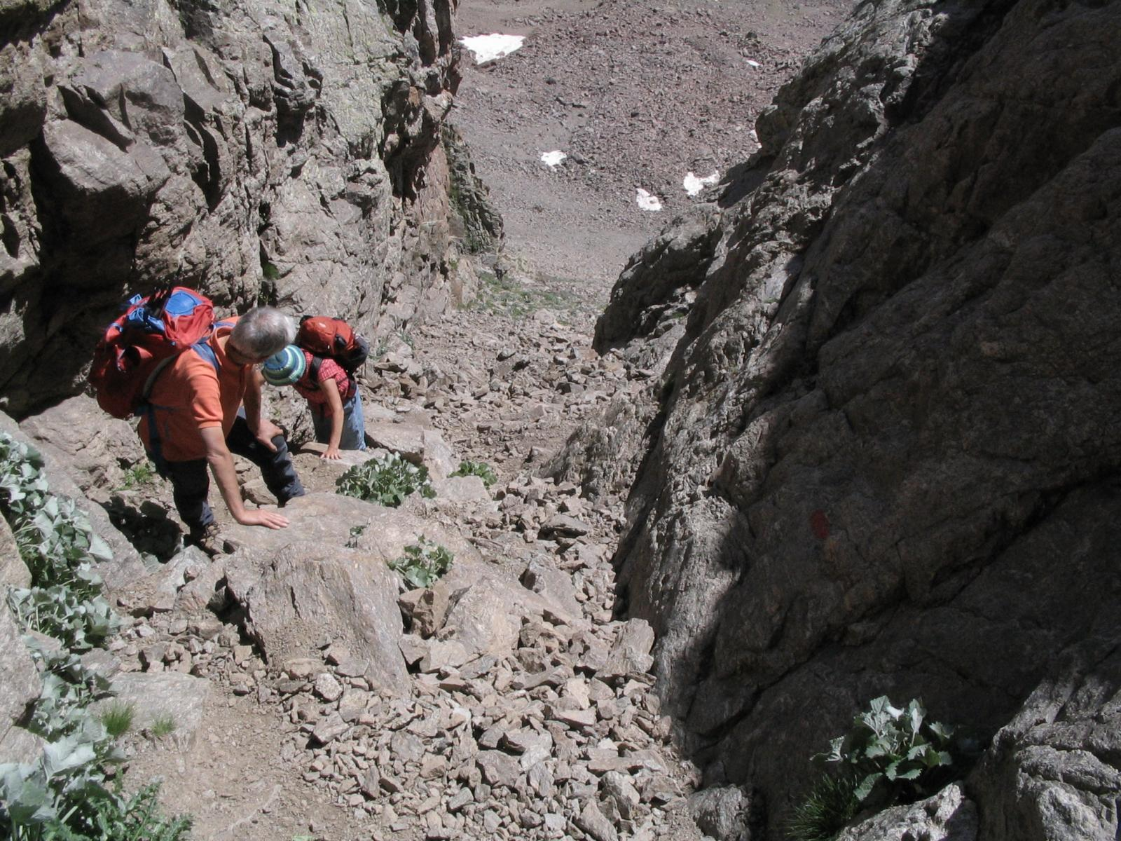 Il segno rosso dice di passare sulle rocce, non nel canalino!
