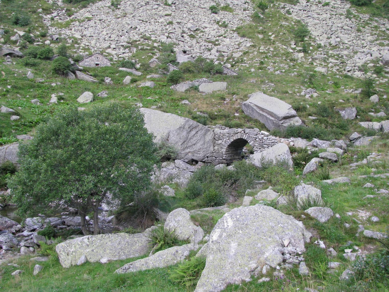 Il bel ponte in pietra sul Rio Vassola