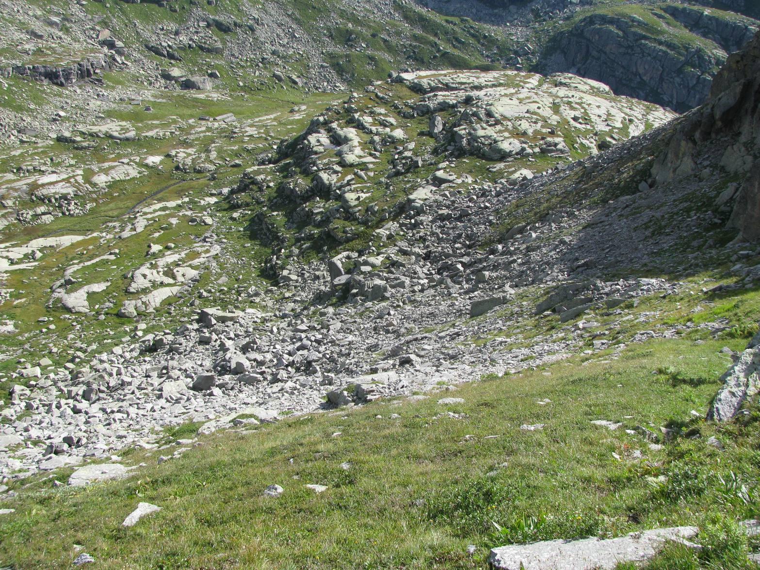Vista dall'alto del percorso di salita, da contro le rocce