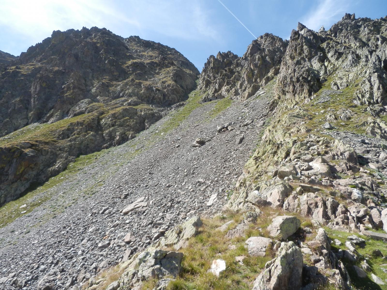 sotto il Passo del Vallonetto, visibile la casermetta