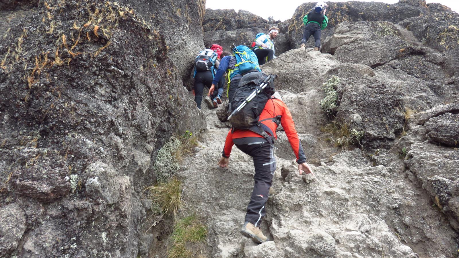 passaggi su roccette e placche verso il Karanga Camp (24-8-2014)
