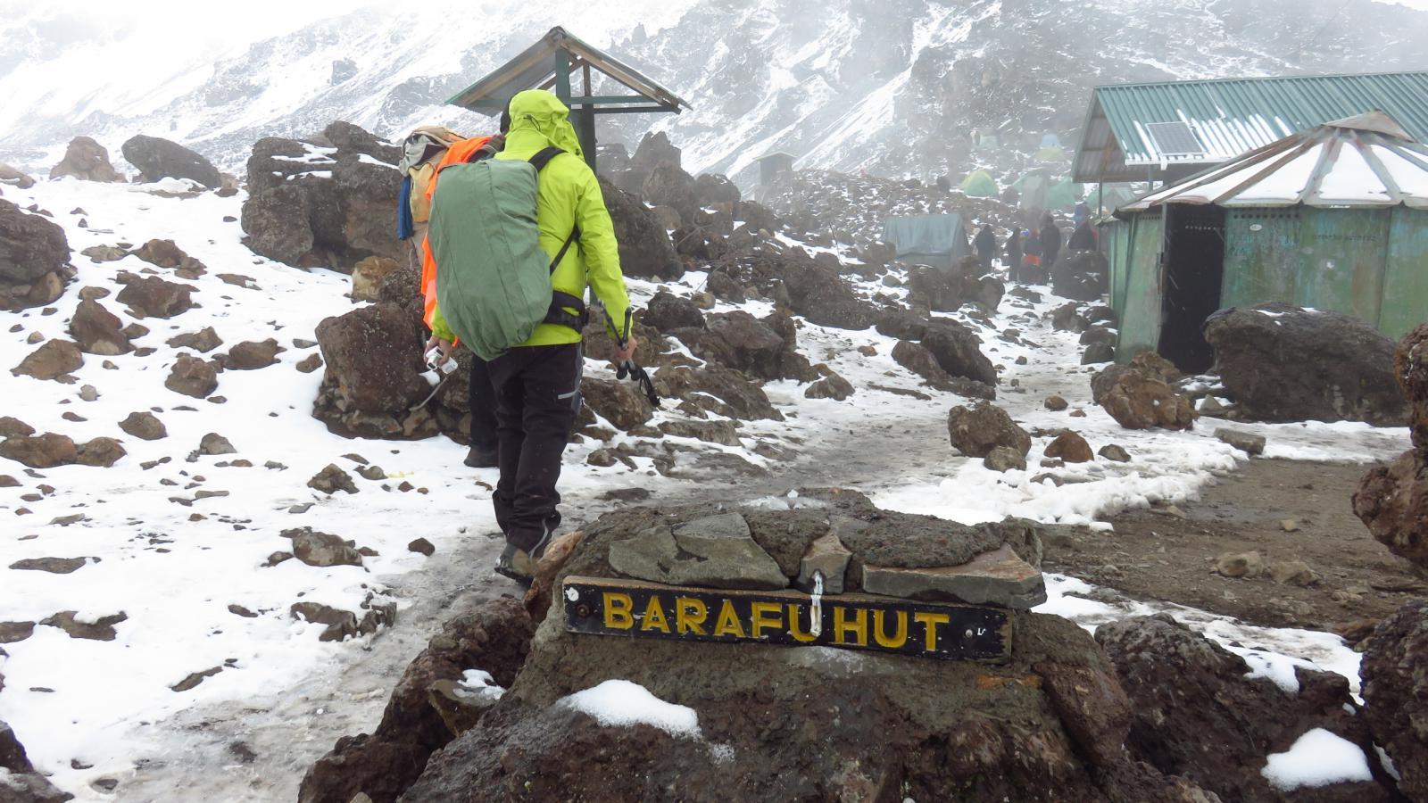 l'arrivo al Barafu Camp sotto una nevicata (24-8-2014)