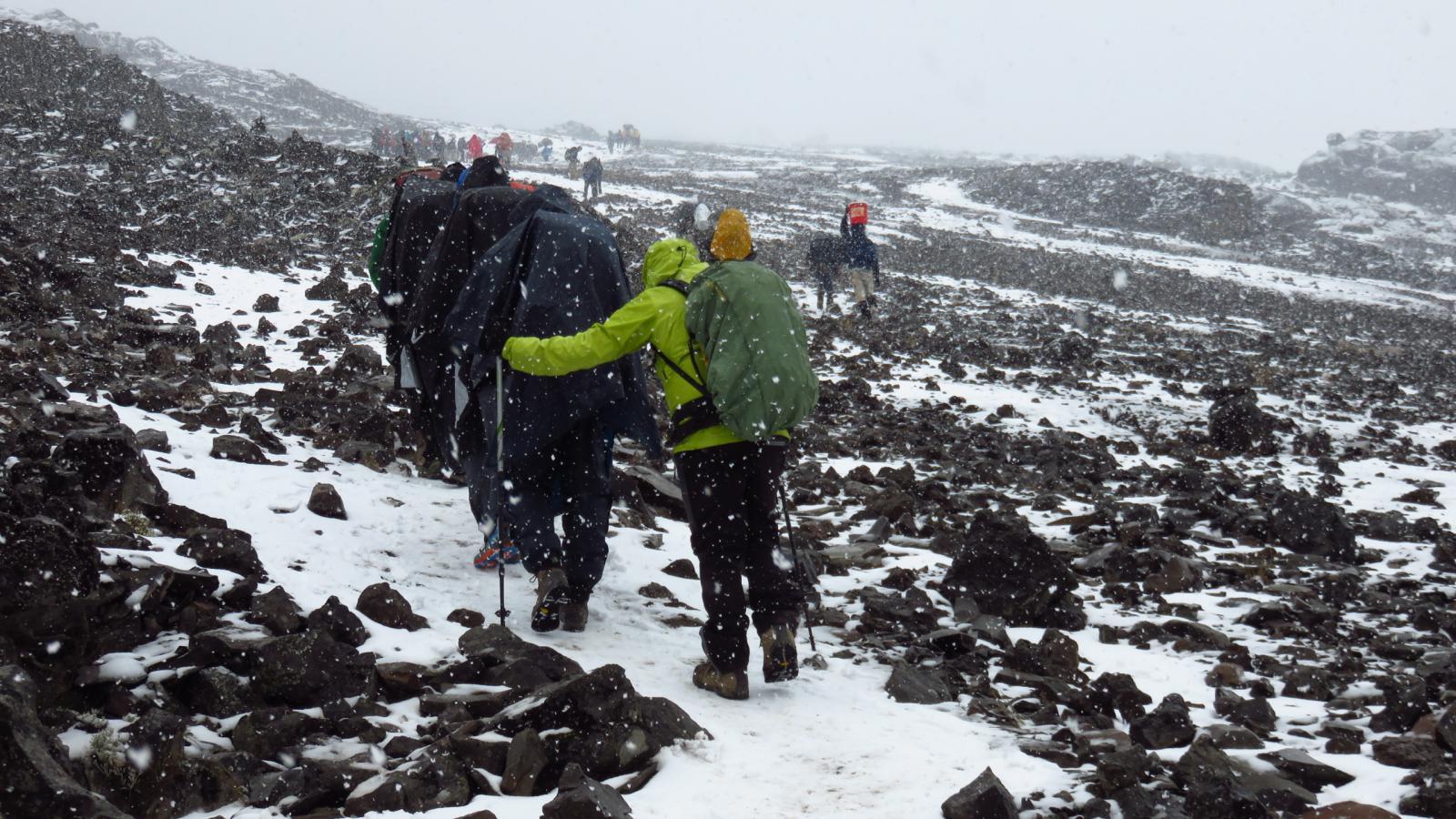 camminando sotto la neve sulla pietraia soprastante il Karanga Camp (24-8-2014)