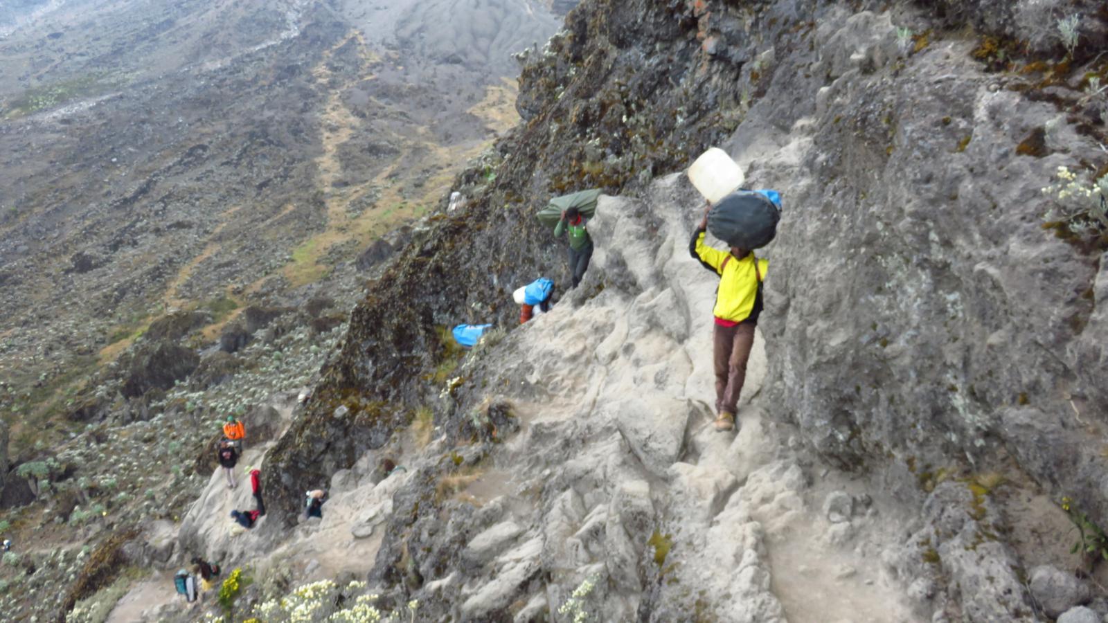 risalendo una paretina rocciosa su cenge e traversi sopra il Barranco Camp (24-8-2014)