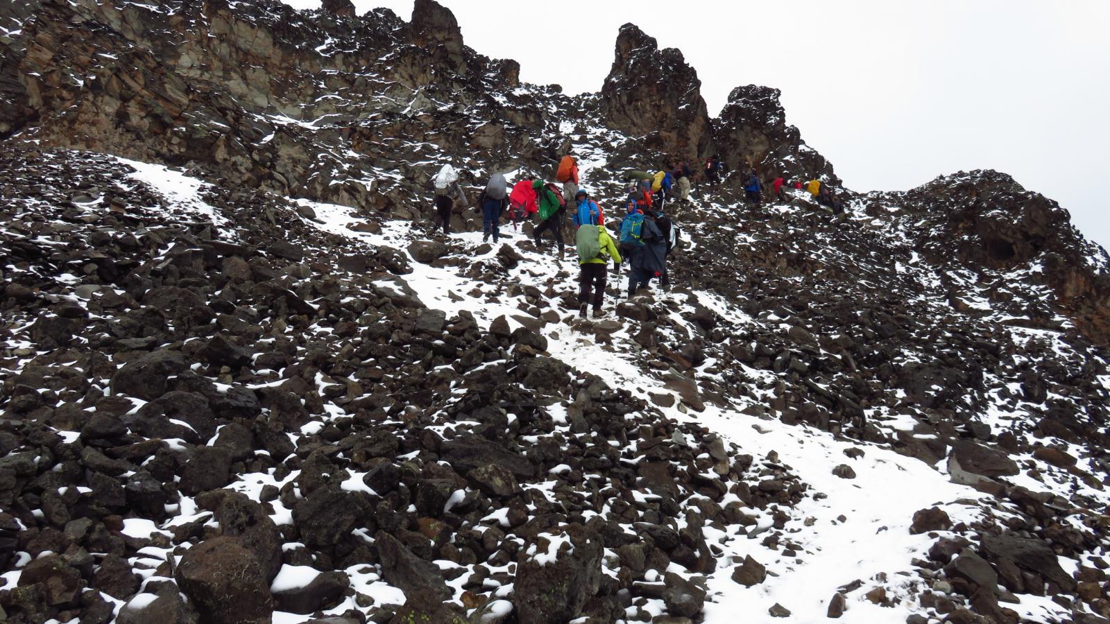 salendo la ripida pietraia verso il Barafu Camp (24-8-2014)
