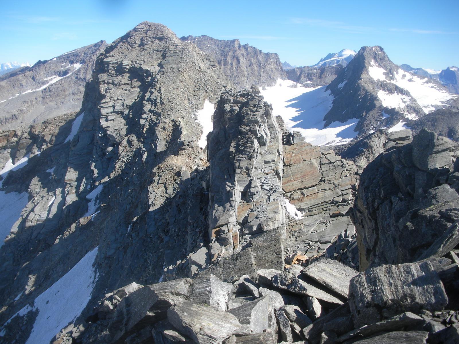 paesaggio di pietra con la Martellot a sx e le Levanne al fondo..