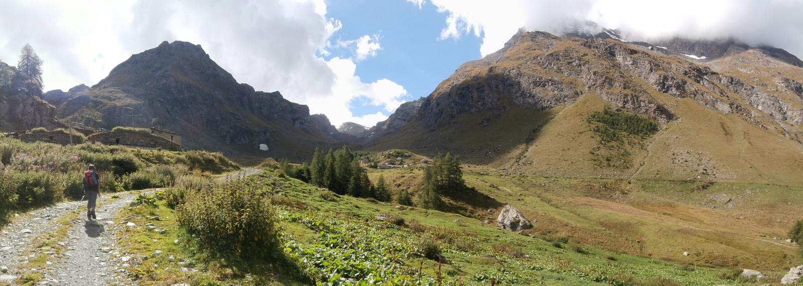 quasi raggiunto il bivacco Borroz,al centro  la Grand Alpe...