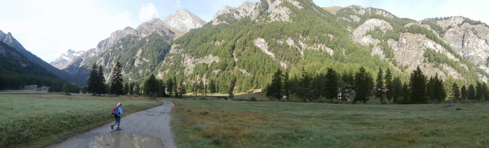 in cammino  nel lunghissimo vallone della Clavalitè...