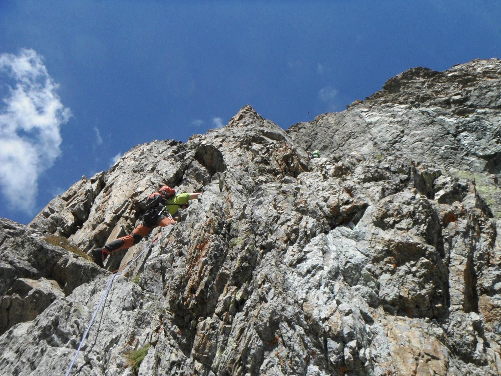 JB in bella arrampicata dalla prima breccia