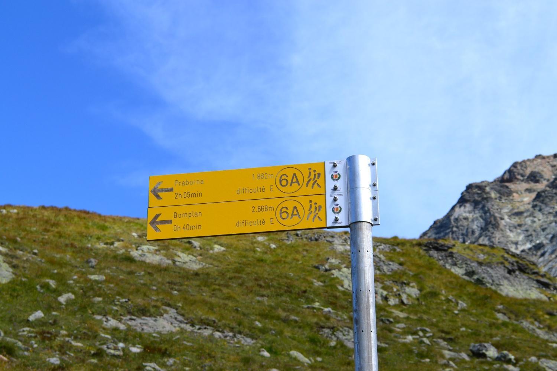 il cartello incriminato: indicazioni dubbie su difficoltà e tempi (e anche la quota di Bomplan)