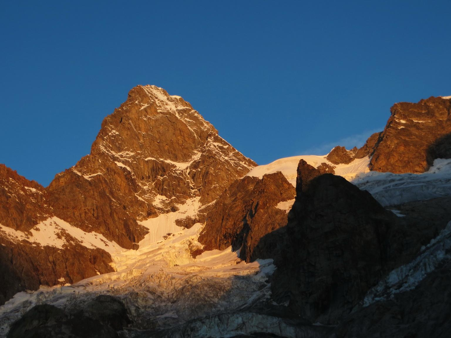 Grandes Jorasses, la parete est all'alba
