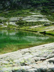 rocce levigate a bordo lago