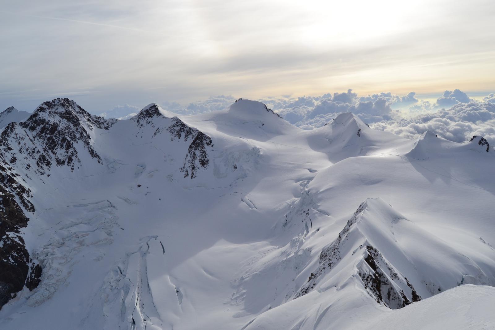 non v'era che luce e spazio davanti a me e immense catene silenziose ammantate di neve