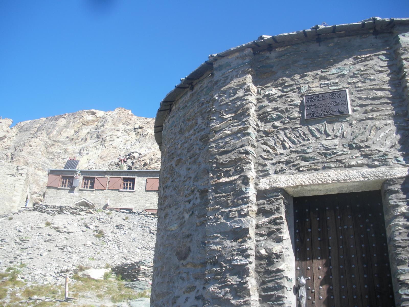 il tempietto alla memoria di Bonifacio Rotario d'Asti e a lato il rifugio..