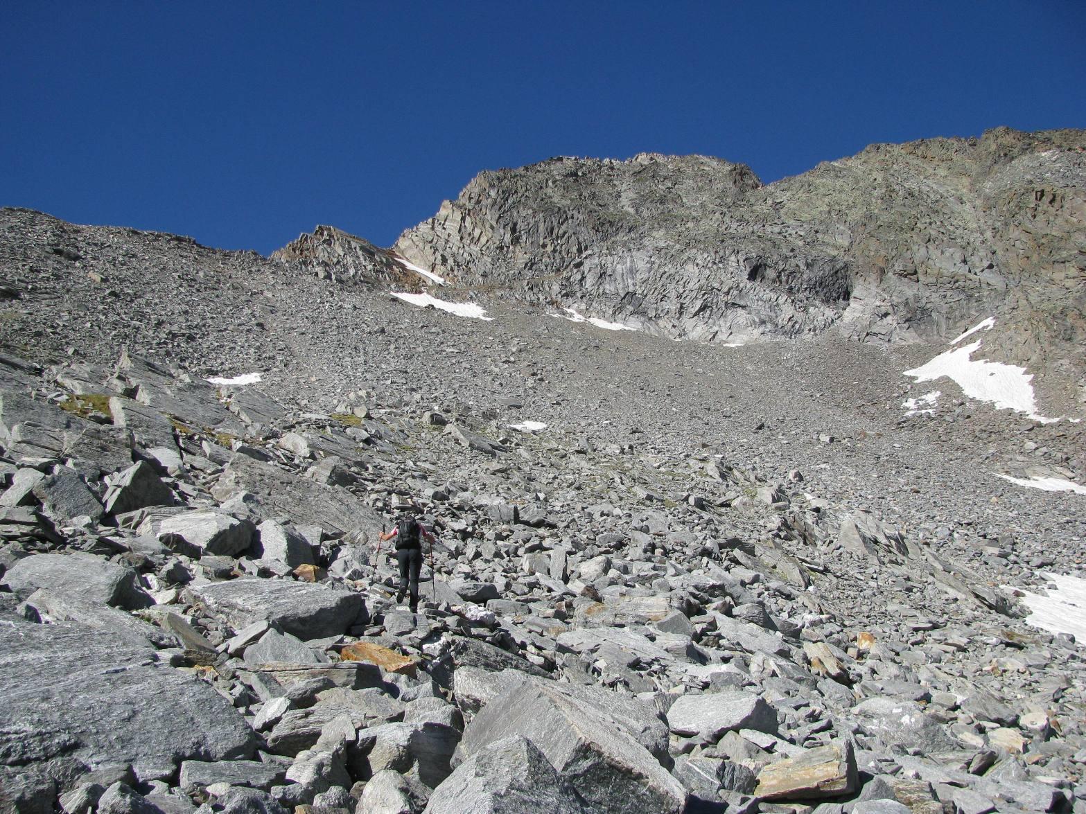 Si abbandona il sentiero e si sale la pietraia