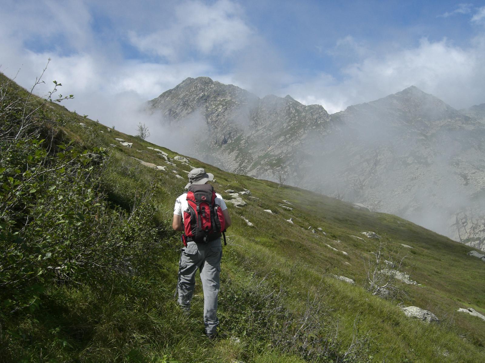 In traversata dopo l'Alpe Bicchià, fra le nebbie il Monte Cavallo e la CIma di Pal