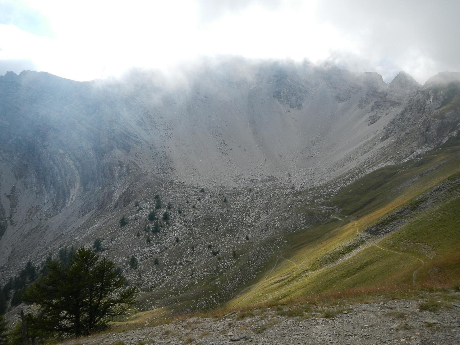 dalla cima: tra le nebbie il versante est della Punta Clotesse
