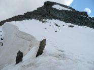 Verso la cima dal colletto: cornice nevosa, mia traccia e ... picche di emergenza !
