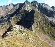 in discesa dal funs verso il colletto di Valscura con la quota 2653m la cima di valscura e la sud di valrossa