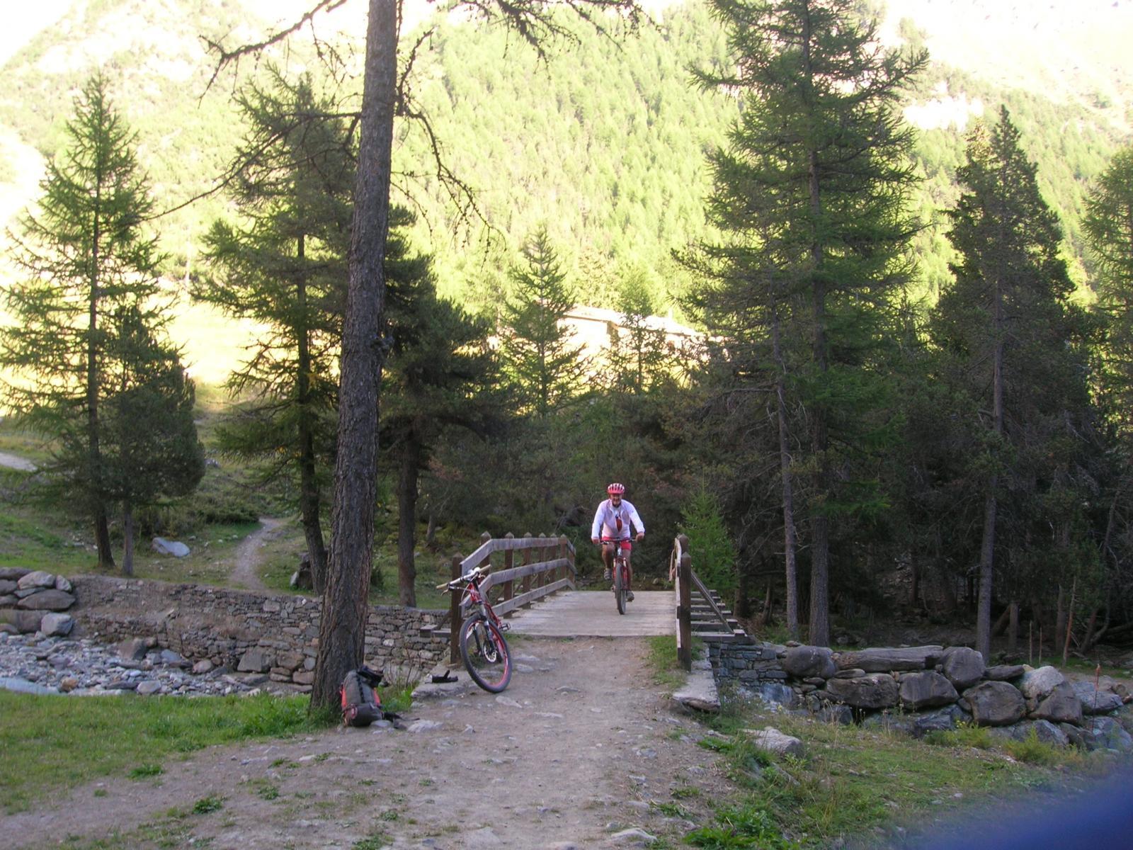 Il ponte che precede la breve risalita per usicre dal vallone di Grauson.