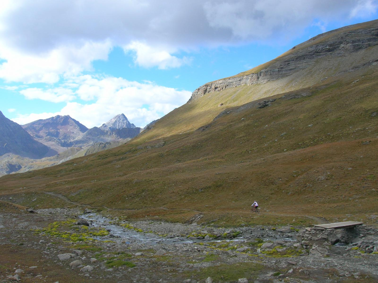 In discesa nel vallone di Grauson. Sullo sfondo l' Emilius.