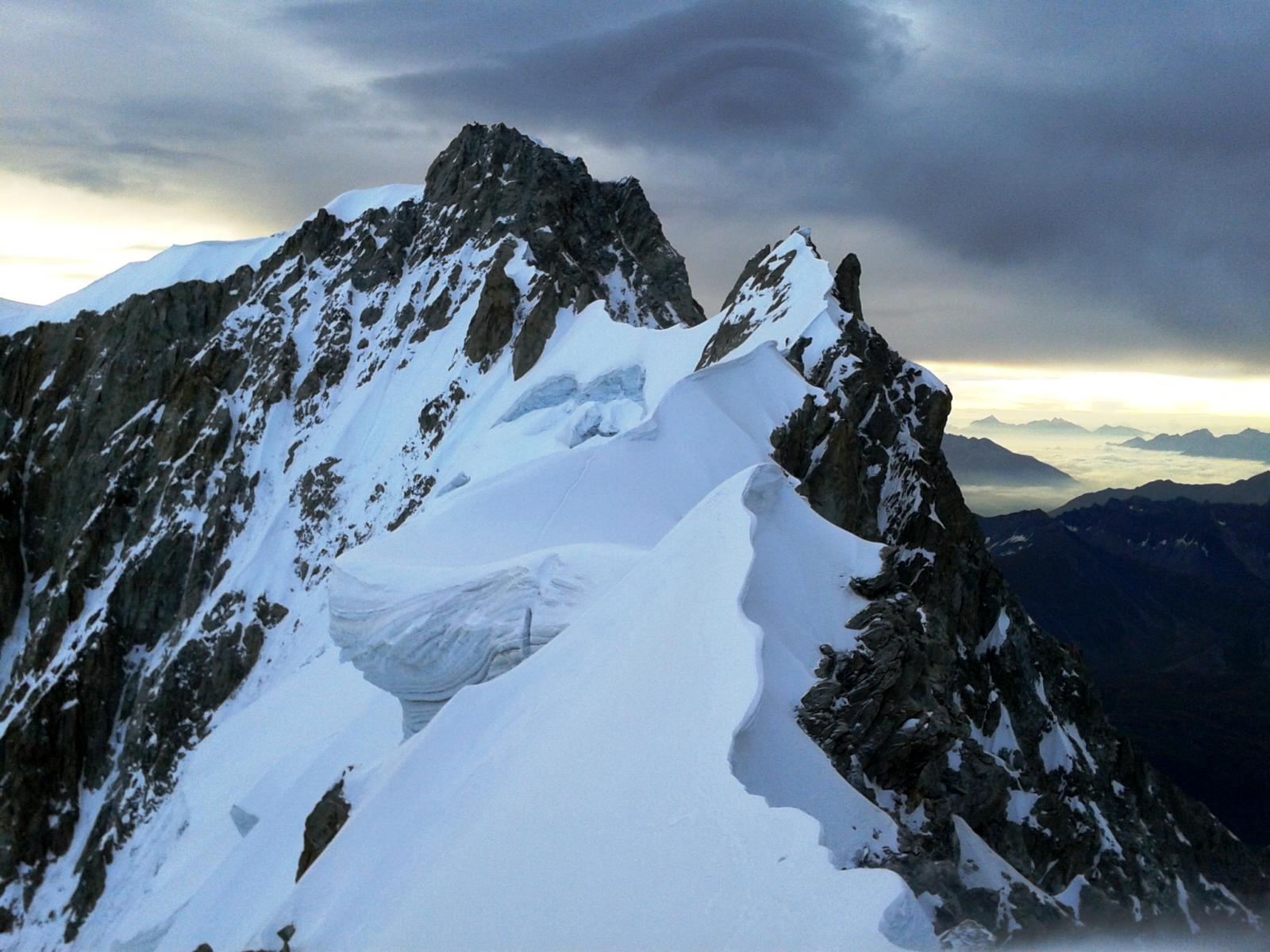 La cresta e l'Aig. de Rochefort all'alba