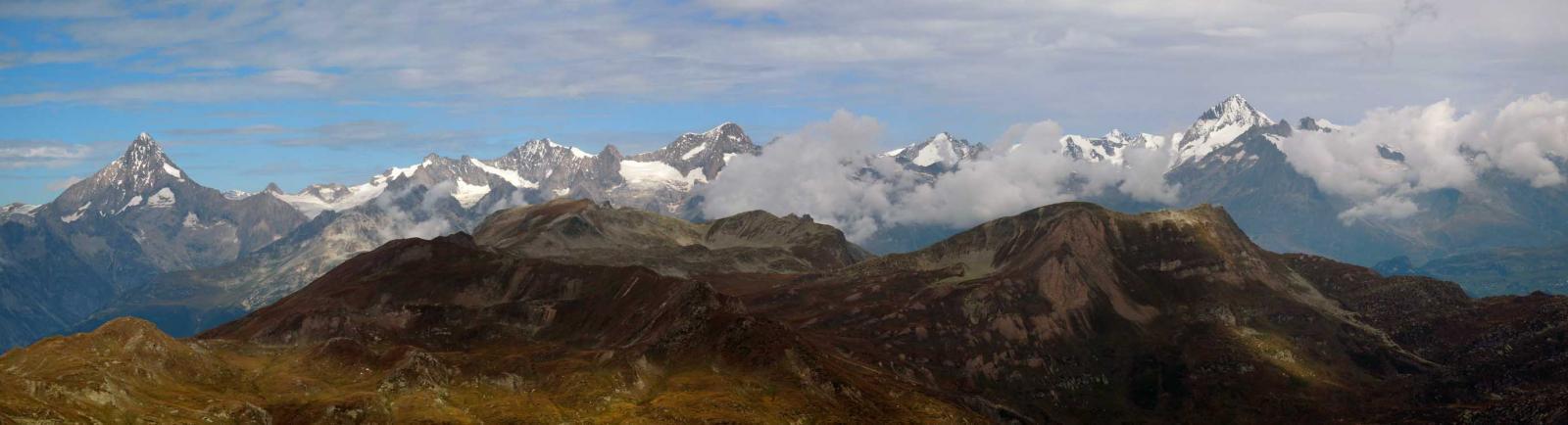 a sinistra il bietschorn e a destra le cime dell'oberland