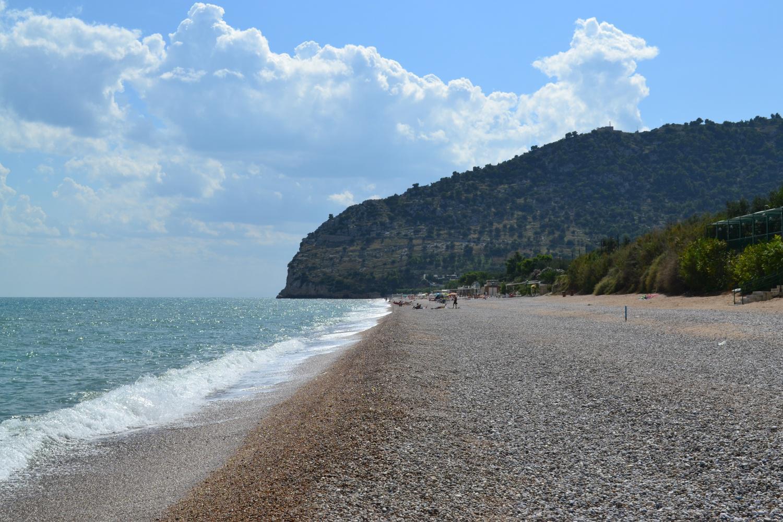 percorrendo la spiaggia Piana di Mattinata con, sullo sfondo, il Monte Saraceno