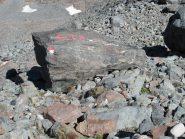 Il masso con la scritta dove si lascia il sentiero