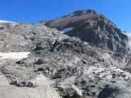 La bastionata rocciosa che precede il fronte del ghiacciaio