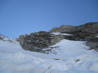 Insieme della via che segue il bordo roccioso inferiore